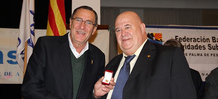 Tomeu ha recibido de manos de Joan Mas, la medalla de oro de la Federación Balear.